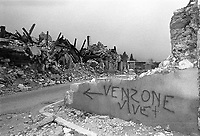 Venzone, Terremoto del Friuli del Maggio 1976. Scritta su un muro. <br /> Venzone, Friuli earthquake in May 1976. Sign on a wall.