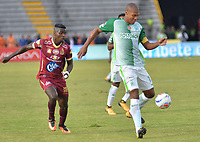 IBAGUE - COLOMBIA -  26 - 11 - 2017: Sergio Mosquera (Izq.) jugador de Deportes Tolima disputa el balón con Alexis Henriquez (Der.) jugador del Atletico Nacional, durante partido de ida por la Liga Aguila II 2017 entre Deportes Tolima y Atletico Nacional, jugado en el estadio Manuel Murillo Toro de la ciudad de Ibague. / Sergio Mosquera (L) player of  Deportes Tolima vies for the ball with Alexis Henriquez (R) player of Atletico Nacional, during a match of the first leg for the Aguila League II 2016, between Deportes Tolima and Atletico Nacional, played at Manuel Murillo Toro stadium in Ibague city. Photo: VizzorImage / Juan Carlos Escobar / Cont.