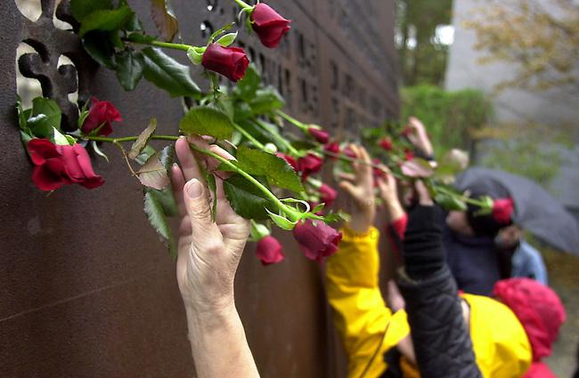Gedenken an die Opfer der Reichspogromnacht 1938 und des Holocaust<br /> Am 9. November 2002 gedachten in Berlin ca. 400 Menschen mit einer Antifaschistischen Kundgebung der Opfer der der Reichsprogromnacht 1938 und des Holocaust. Sie demosntierten ebenfalls gegen die Zunahme von antisemitischen Uebergriffen gegen Juden und Juedinnen in Deutschland. Uebrlebende Zeitzeugen des NS-Regimes wandten sich mit scharfen Worten gegen die Asylpolitik der Bundesregierung und forderten die Aufloesung der Abschiebegefangnisse.<br /> Hier: Kundgebungsteilnehmer stecken Rosen zum Andenken an die Toten in das Mahnmahl. Das Mahnmal steht an der Stelle, wo die ehemals groesste Synagoge Berlins, in der Moabiter Levetzowstr, stand.<br /> 9.11.2002, Berlin<br /> Copyright: Christian-Ditsch.de<br /> [Inhaltsveraendernde Manipulation des Fotos nur nach ausdruecklicher Genehmigung des Fotografen. Vereinbarungen ueber Abtretung von Persoenlichkeitsrechten/Model Release der abgebildeten Person/Personen liegen nicht vor. NO MODEL RELEASE! Nur fuer Redaktionelle Zwecke. Don't publish without copyright Christian-Ditsch.de, Veroeffentlichung nur mit Fotografennennung, sowie gegen Honorar, MwSt. und Beleg. Konto: I N G - D i B a, IBAN DE58500105175400192269, BIC INGDDEFFXXX, Kontakt: post@christian-ditsch.de<br /> Bei der Bearbeitung der Dateiinformationen darf die Urheberkennzeichnung in den EXIF- und  IPTC-Daten nicht entfernt werden, diese sind in digitalen Medien nach &sect;95c UrhG rechtlich geschuetzt. Der Urhebervermerk wird gemaess &sect;13 UrhG verlangt.]