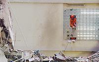 RIO DE JANEIRO, RJ, 28 DE JANEIRO 2012 - DESABAMENTO PREDIO - Bombeiros realizam a finalizacao da remocao dos entulhos do desabamento dos predios no final de tarde desse sabado para liberacao do espaco na segunda-feira 30 na regiao central do Rio de Janeiro. FOTO: RONALDO BRANDAO - NEWS FREE.