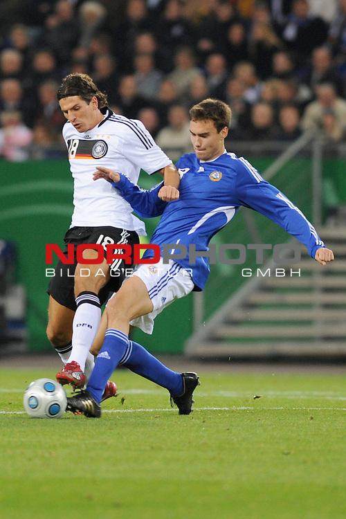 Fussball, L&permil;nderspiel, WM 2010 Qualifikation Gruppe 4  14. Spieltag<br />  Deutschland (GER) vs. Finnland ( FIN )<br /> Mario Gomez (GER #) kaempft mit Tim Sparv (FIN #08) um den Ball.<br /> <br /> <br /> Foto &copy; nph (  nordphoto  )<br />  *** Local Caption *** <br /> <br /> Fotos sind ohne vorherigen schriftliche Zustimmung ausschliesslich f&cedil;r redaktionelle Publikationszwecke zu verwenden.<br /> Auf Anfrage in hoeherer Qualitaet/Aufloesung