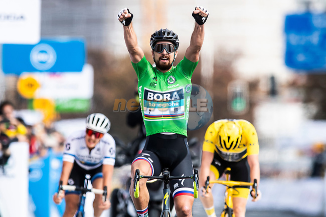 Peter Sagan (SVK) Bora-Hansgrohe outsprints Tour de France Champion Geraint Thomas (WAL) Team Sky and European Champion Matteo Trentin (ITA) Mitchelton-Scott to win the 2018 Shanghai Criterium, Shanghai, China. 17th November 2018.<br /> Picture: ASO/Alex Broadway | Cyclefile<br /> <br /> <br /> All photos usage must carry mandatory copyright credit (© Cyclefile | ASO/Alex Broadway)