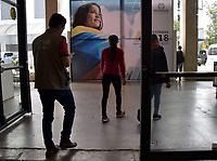 BOGOTA - COLOMBIA, 16-06-2018: Preparativos para la segunda vuelta de las elecciones presidenciales de Colombia de 2018 que se celebrarán el domingo 17 de junio de 2018. El candidato ganador gobernará por un periodo máximo de 4 años fijado entre el 7 de agosto de 2018 y el 7 de agosto de 2022. / Preparations to Colombia's 2018 second round presidential election that will be held on Sunday, June 17, 2018. The winning candidate will govern for a maximum period of 4 years fixed between August 7, 2018 and August 7, 2022. Photo: VizzorImage / Nicolas Aleman / Cont