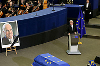 Jean Claude Junker<br /> STRASBOURG, FRANCE - JULY 01: The guard of honor carrie the coffin of former German Chancellor Helmut Kohl draped with a flag of the European Union out of the memorial ceremony at the European Parliament on July 1, 2017 in Strasbourg, France. Kohl was chancellor of Germany for 16 years and led the country from the Cold War through to reunification. He died on June 16 at the age of 87<br /> Foto Elyxandro Cegarra / Panoramic / Insidefoto <br /> ITALY ONLY