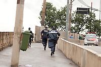 SAO PAULO, SP, 11 DE JANEIRO DE 2012 - CRACOLANDIA - Guarda Civil Metropolitana expulsa usuarios sao vistos no viaduto Orlando Murgel, zona central da cidade, neste inicio de tarde de quarta-feira (11). Foto Ricardo Lou - News Free