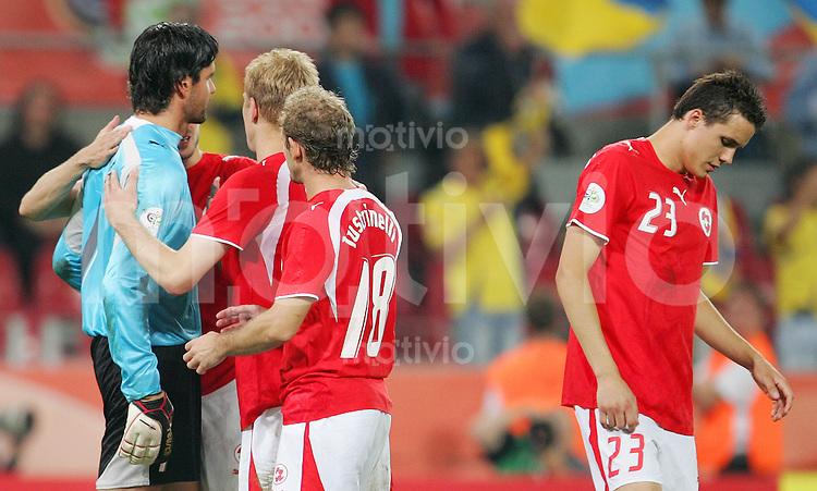 Fussball WM 2006        Schweiz - Ukraine Seine Mannschaftskollegen troesten Pascal ZUBERBUEHLER nach dem Ausscheiden bei der WM 2006.