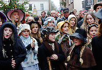 Kinderkoor zingt tijdens het Dickens Festijn in Deventer