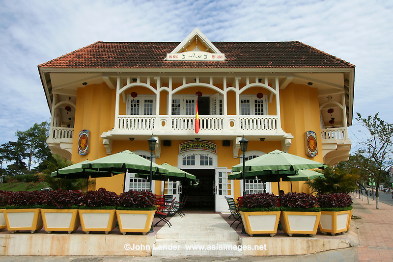 French Colonial Villas in Dalat - In order to make the colonists feel more at home and at the same time to reflect its vision of imperial grandeur, the French colonial government set about systematically rebuilding Vietnamese cities according to European specifications. Cafe de la Poste is one of the landmarks of Dalat, now part of the Novotel Hotel across the street.