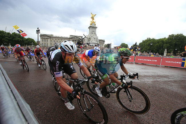 The sprinters including Mark Renshaw (AUS) Omega Pharma-Quick Step round the final bend at Buckingham Palace at the end of Stage 3 of the 2014 Tour de France running 155km from Cambridge to London. 7th July 2014.<br /> Picture: Eoin Clarke www.newsfile.ie