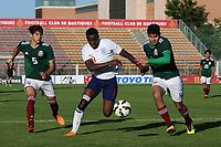 Edward Nketiah of England U21's takes on the Mexico defence during Mexico Under-21 vs England Under-21, Tournoi Maurice Revello Final Football at Stade Francis Turcan on 9th June 2018