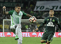 MEDELLÍN -COLOMBIA-10-05-2017: Dayro Moreno (Izq) jugador de Atlético Nacional de Colombia disputa el balón con Joao Pedro (Der) jugador de Chapecoense de Brasil durante partido de vuelta por la final de la CONMEBOL Recopa Sudamericana 2017 jugado en el estadio Atanasio Girardot de la ciudad de Medellín. / Dayro Moreno (L) player of Atletico Nacional of Colombia fights for the ball with Joao Pedro (R) player of Chapecoense of Brazil during second leg match for the final of the CONMEBOL Recopa Sudamericana 2017 played at Atanasio Girardot stadium in Medellin city. Photo: VizzorImage / Gabriel Aponte / Staff
