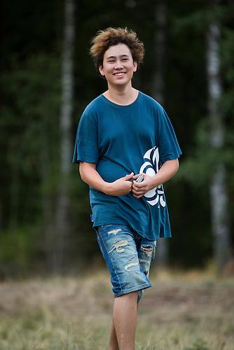 20140805 Vilda-l&auml;ger p&aring; Kragen&auml;s. Foto f&ouml;r Scoutshop.se<br /> g&aring;r kille shorts skog gr&auml;smatta ler scout t-shirt