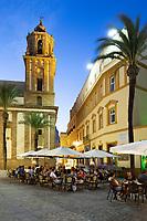 Spanien, Andalusien, Cadiz: Cafes an der Plaza de la Catedral am Abend | Spain, Andalusia, Cadiz: Cafes in Plaza de la Catedral in the evening