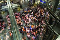 Contemporary Tango Festival vom 20.-25. August 2019 im Berliner Hauptbahnhof.<br /> Im Bild: Dutzende Festivalgaeste tanzten am Dienstagabend in der Hauphalle des Hauptbahnhof.<br /> 20.8.2019, Berlin<br /> Copyright: Christian-Ditsch.de<br /> [Inhaltsveraendernde Manipulation des Fotos nur nach ausdruecklicher Genehmigung des Fotografen. Vereinbarungen ueber Abtretung von Persoenlichkeitsrechten/Model Release der abgebildeten Person/Personen liegen nicht vor. NO MODEL RELEASE! Nur fuer Redaktionelle Zwecke. Don't publish without copyright Christian-Ditsch.de, Veroeffentlichung nur mit Fotografennennung, sowie gegen Honorar, MwSt. und Beleg. Konto: I N G - D i B a, IBAN DE58500105175400192269, BIC INGDDEFFXXX, Kontakt: post@christian-ditsch.de<br /> Bei der Bearbeitung der Dateiinformationen darf die Urheberkennzeichnung in den EXIF- und  IPTC-Daten nicht entfernt werden, diese sind in digitalen Medien nach §95c UrhG rechtlich geschuetzt. Der Urhebervermerk wird gemaess §13 UrhG verlangt.]