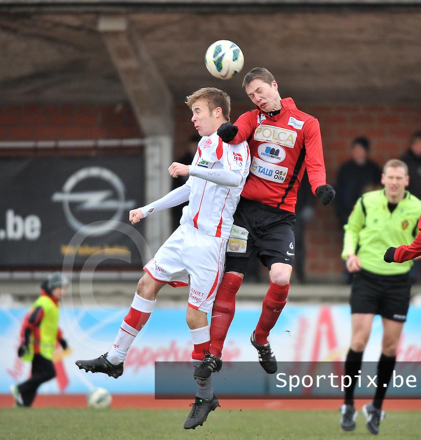 FC Izegem - Hoogstraten VV : luchtduel tussen Stijn De Deygere (rechts) en Bob Swaegers.foto VDB / BART VANDENBROUCKE