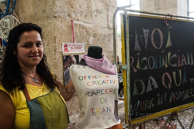 """Trani - Carcere femminile. La sartoria dove le detenute lavorano al marchio """"Made in Carcere"""". Foto di una detenuta."""