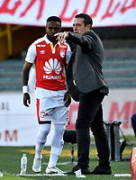 BOGOTÁ - COLOMBIA, 25-08-2018: Guillermo Óscar Sanguinetti (Der.), tecnico  de Independiente Santa Fe, da instrucciones a Hernán Burbano (Izq.) jugador, durante partido de la fecha 6 entre Independiente Santa Fe y Atlético Bucaramanga, por la Liga Aguila II 2018, en el estadio Nemesio Camacho El Campin de la ciudad de Bogota. / Guillermo Oscar Sanguinetti (R), coach of Independiente Santa Fe, gives instructions to Hernan Burbano (L) player, during a match of the 6th date between Independiente Santa Fe and Atletico Bucaramanga, for the Liga Aguila II 2018 at the Nemesio Camacho El Campin Stadium in Bogota city, Photo: VizzorImage / Luis Ramírez / Staff.
