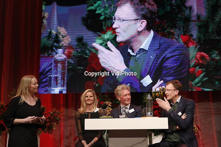 VidiPhoto<br /> <br /> LISSE - De 32e editie van de Tuinbouw Ondernemersprijs is gewonnen door Royal Lemkes uit Bleiswijk. Het handelshuis mag zich een jaar lang topambassadeur van de tuinbouwsector noemen. Royal Lemkes ontving de prestigieuze ondernemersprijs voor durf, doorzettingsvermogen en duurzaam ondernemen tijdens de drukbezochte nieuwjaarsbijeenkomst van de tuinbouw op 10 januari op Keukenhof in Lisse. Royal Lemkes was &eacute;&eacute;n van de drie genomineerde bedrijven, samen met biologisch-dynamische groenteteler De Lepelaar uit Sint Maarten (NH) en orchidee&euml;nteler OK Plant uit Naaldwijk. Voor het derde jaar op rij heeft de tuinbouwsector goede zaken gedaan. Het is duidelijk dat er een eind is gekomen aan veel jaren van extreem lage inkomens. De grootste inkomensstijging vond plaats binnen de glastuinbouwsector. Kasgroentetelers voeren de lijst aan, direct gevolgd door pot- en perkplantenkwekers. De snijbloementelers volgen een gestaag stijgende lijn. In 2017 steeg de Nederlandse export van verse groenten en fruit met 2 procent naar 9,6 miljard.  Consumenten gaven in de supermarkt 5 procent meer uit aan biologische producten, hoewel de totale fruitconsumptie licht daalde. De export van bloemen en planten groeide met ruim 5 procent en haalde vorig jaar een nieuw record van 6 miljard euro, mede dankzij snel groeiende afzetmarkten in Oost-Europa. Foto: De drie genomineerden: V.l.n.r. Desiree Olsthoorn van OK Plant uit Naaldwijk, Jan Schrijver van De Lepaar uit Sint Maarten (NH) en winnaar Michiel de Haan van Royal Lemkes uit Bleiswijk.