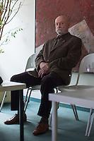 """Karl-Heinz Hoffmann, geb 27.10.1937, Gruender der 1980 als verfassungsfeindlich verbotenen Neonazi-Organisation """"Wehrsportgruppe Hoffmann"""" (WSG Hoffmann), klagt gegen seine geheimdienstliche Ueberwachung durch das Bundesamt fuer Verfassungsschutz vor dem Verwaltungsgericht Berlin. Am Mittwoch den 10. Februar 2016 kam es zu einer muendlichen Verhandlung.<br /> Aufgrund eines Verdachts, Hoffmann sei gemeinsam mit weiteren Personen im Begriff, eine rechtsterroristische Untergrundoranisation aufzubauen, beantragte das Bundesamt fuer Verfassungsschutz im April 2012 beim Bundesinnenministerium die Ueberwachung von Telekommunikation und Post sowie die Einholung von Auskuenften beim Bundeszentralamt fuer Steuern und bei Kreditinstituten. Nach Beendigung der Massnahmen wurde der Klaeger ueber die erfolgte Ueberwachung und die Auskunftserteilung in Kenntnis gesetzt.<br /> Das Bundesinnenministerium begruendete die getroffenen Anordnungen mit Anhaltspunkten dass Hoffmann am Aufbau einer Organisation beteiligt gewesen sei, """"die den Umsturz des Staates mit Anschlaegen u.a. gegen die Bundeskanzlerin, Politiker im """"Mittelbau"""" des Staates und Einrichtungen der USA sowie Ueberfaelle zur Beschaffung von Waffen geplant habe.""""<br /> Die WSG-Hoffmann und Mitglieder der Organisation waren in der Vergangenheit in Mordanschlaege und den den Anschlag auf das Muenchner Oktorberfest verstrickt.<br /> So hat Gundolf Koehler, Mitglied WSG Hoffmann, am 26. September 1980 den Anschlag auf das Muenchner Oktorberfest veruebt, bei dem 12 Menschen ermordet wurden und Koehler selber starb. Am 19. Dezember 1980 wurden der Nuernberger Verleger Shlomo Levin und seine Lebensgefaehrtin Fried Poeschke von dem WSG-Mitglied Uwe Behrendt ermordet, die Tatwaffe gehoerte Karl-Heinz Hoffmann. Die WSG-Mitglieder Odfried Hepp und Walter Kexel veruebten mehrere Bankueberfaelle und Autobombenanschlaege auf US-Streitkraefte.<br /> Im Bild: Karl-Heinz Hoffmann wartet vor dem Gerichtssaal.<br /> 10.2.2016, Berlin<br /> """