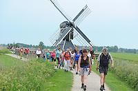 WANDELEN: FRYSLAN: 27-05-2014, Elfstedenwandeltocht, traject Leeuwarden - Sleat, ©foto Martin de Jong