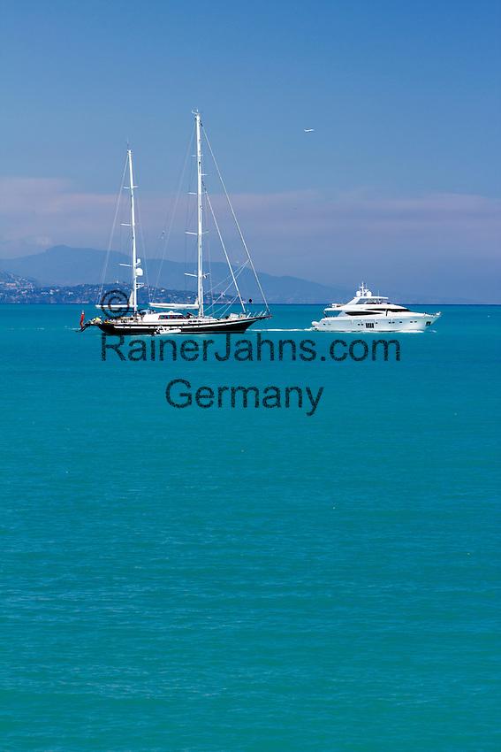 France, Provence-Alpes-Côte d'Azur, Antibes: Yacht anchored off shore / Frankreich, Provence-Alpes-Côte d'Azur, Antibes: Segel- und Motoryacht