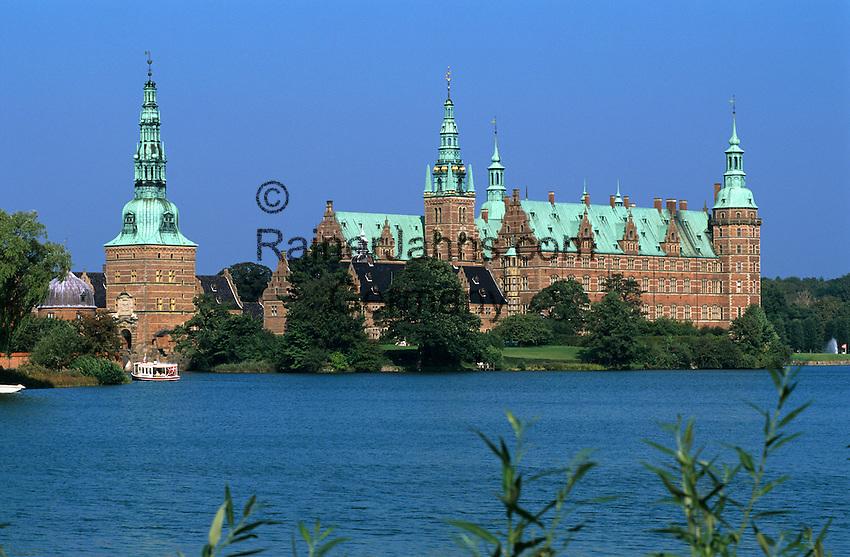 Denmark, Zealand, Hillerod: Frederiksborg Castle and lake   Daenemark, Insel Seeland, Hilleroed: Schloss Frederiksborg mit Schlosssee