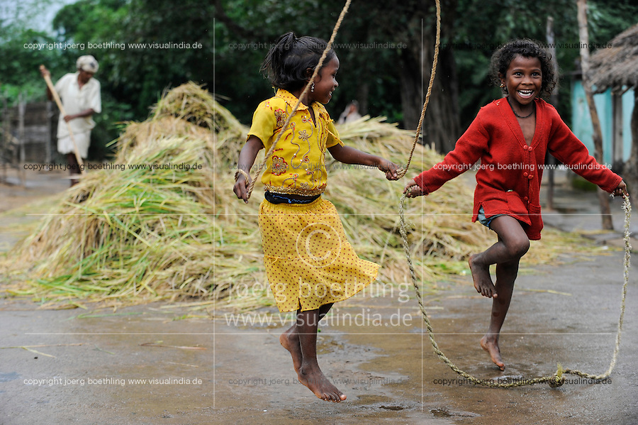 INDIA Odisha Orissa, Raygada, tribal village Malligoan, Dongria Kondh tribe, children do rope jumping / INDIEN Odisha Orissa, Raygada, Dorf Malligoan, Ureinwohner Dongria Kondh, Kinder beim Seil springen