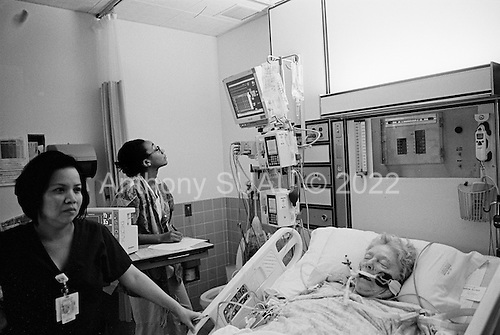 Chicago, Illinois<br /> USA<br /> December 17, 2009<br /> <br /> At the University of Chicago Medical Center Geraldine Martin, 80 years old, after open heart surgery, to have a valve replaced and hole repaired, arrives 5 hours later in intensive care. She is accompanied by her sister Helen Martin after to the surgery.