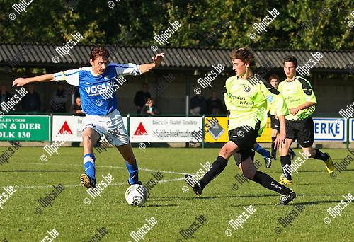 2011-10-23 / voetbal / Vosselaar - Tongeren /  Aanvoerder Koen Martens (Vosselaar) doet een poging om de bal te onderscheppen.