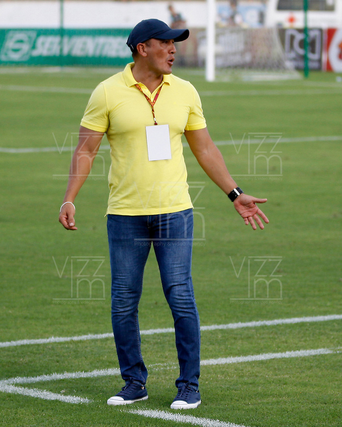 NEIVA, COLOMBIA, 28-02-2016: Jose Fernando Santa técnico de Atlético Huila gesticula durante partido contra Patriotas FC válido por la fecha  5 de la Liga Águila I 2016 jugado en el estadio Guillermo Plazas Alcid de la ciudad de Neiva./ Jose Fernando Santa coach of Atletico Huila gestures during match against Patriotas FC valid for the date 7 of the Aguila League I 2016 played at Guillermo Plazas Alcid in Neiva city. VizzorImage / Sergio Reyes / Cont