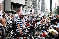 SAO PAULO,SP, 01 DE FEVEREIRO 2013 CIDADES - PROTESTO Concentração de motofrentistas na Av Paulista, em São Paulo (SP), protesto na manhã desta sexta-feira (01). As novas regras de segurança para motofrentistas começam a valer neste sábado (2), mas apenas 21 mil dos 500 mil profissionais do estado de São Paulo fizeram o curso obrigatório. Segundo o sindicato, a baixa adesão se deve aos gastos com o curso e com os itens de segurança.  FOTO: ADRIANO LIMA / BRAZIL PHOTO PRESS).