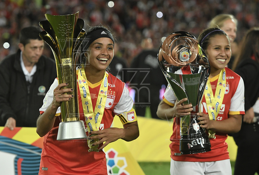 BOGOTÁ -COLOMBIA, 24-06-2017: Liliana M Salazar y Leicy Santos jugadoras de Santa Fe celebran con el trofeo como campeonas de la Liga Femenina Aguila 2017 después del partido de vuelta entre Independiente Santa Fe y Atletico Huila por la final de la Liga Femenina Aguila 2017 jugado en el estadio Nemesio Camacho El Campin de la ciudad de Bogota. / Liliana M Salazar and Leicy Santos players of Santa Fe celebrate with the trophy as champions of the Aguila Women League 2017 after second leg match between Independiente Santa Fe and Atletico Huila for the final of Aguila Women League 2017 played at the Nemesio Camacho El Campin Stadium in Bogota city. Photo: VizzorImage/ Gabriel Aponte / Staff