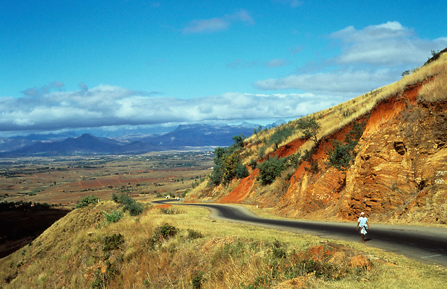 Hauts plateaux, route nationale 7 pres de Ambalavo. *** The national road 7 in the high plateaux near Ambalavo.
