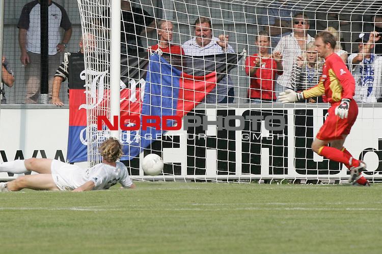 RLN 05 / 06 - 8. Spieltag<br /> <br /> Kickers Emden vs VFB Luebeck<br /> <br /> 0:&divide;1 durch daniel Baerwolf ( B&scaron;rwolf ) - nicht im Bild - Torwart Sven Hoffmeister und Mario Neunaber ratlos<br /> <br /> Foto &copy; nordphoto <br /> <br /> <br /> <br />  *** Local Caption *** Foto ist honorarpflichtig! zzgl. gesetzl. MwSt.<br /> <br />  Belegexemplar erforderlich