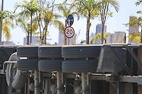 SAO PAULO, SP, 12.09.2013 - ACIDENTE TRANSITO / CARRETA - Uma carreta tombou na Avenida Henry Ford altura no numero , 1200 em frente ao Shopping Mooca na regiao leste de São Paulo, nesta quinta-feira, 12. Ninguem ficou ferido. (Foto: William Volcov / Brazil Photo Press).