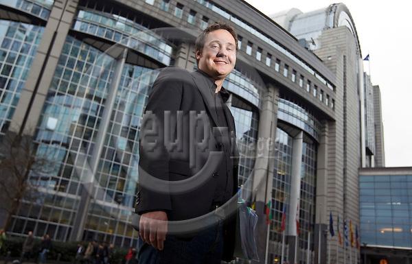 BRUSSELS - BELGIUM - 26 FEBRUARY 2008 -- Johan DANIELSSON, political Advisor for the Swedish Social Democrats (Svenska Socialdemokrater i Europaparlamentet) of the European Parliament. The eu-Parliament building in the background -- PHOTO: Juha ROININEN / EUP-IMAGES