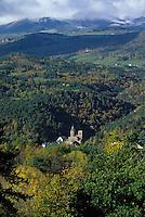 Europe/France/Auvergne/63/Puy-de-Dôme/Parc Naturel Régional des Volcans/Saint Nectaire: L'église de Saint Nectaire et le massif du Sancy (1885mètres)