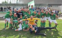 EINDRONDE 4e PROVINCIALE ; Bellegem - Dentergem :<br /> feestvreugde bij de spelers en staf van Bellegem na het behalen van de promotie<br /> <br /> Foto VDB / Bart Vandenbroucke