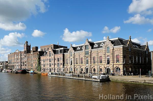 Nederland Wormer 2015. Oude pakhuizen langs de Zaan in Wormer. Tegenwoordig zijn er appartementen en bedrijven in gevestigd. Foto Berlinda van Dam / Hollandse Hoogte