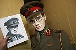 """Foto: VidiPhoto<br /> <br /> ARNHEM - De grote oorlogsmusea in de regio hebben opnieuw het nakijken. Het kleine, maar indrukwekkende Arnhems Oorlogsmuseum heeft beslag weten te leggen op diverse eigendommen van de in 2004 overleden prins Bernhard uit de periode 1940-1945, waaronder een bijzonder uniform. Een van de meest bijzondere en historisch waardevolle oorlogsuniformen van de prins is nu in bezit van het Arnhems Oorlogsmuseum 40-45. Bewijs van echtheid wordt geleverd door fotomateriaal uit de oorlog, waar de prins-gemaal met de zogenoemde service dress op staat. Eigenaar-directeur Eef Peeters van het oorlogsmuseum benadrukt de bijzondere status van deze aanwinst. """"De historische en emotionele waarde van deze spullen is enorm. Vooral het uniform is bijzonder. Het is een legeruniform in Canadees-groen, met daaraan Nederlandse knopen en onze nationale driekleur. Interessant is dat er zowel een Nederlands embleem van de luchtmacht op gestikt zit, als ook een vliegerwing van de RAF. Al deze uitingen kloppen met historisch herleidbare activiteiten en bewaard gebleven fotomateriaal van de prins."""""""