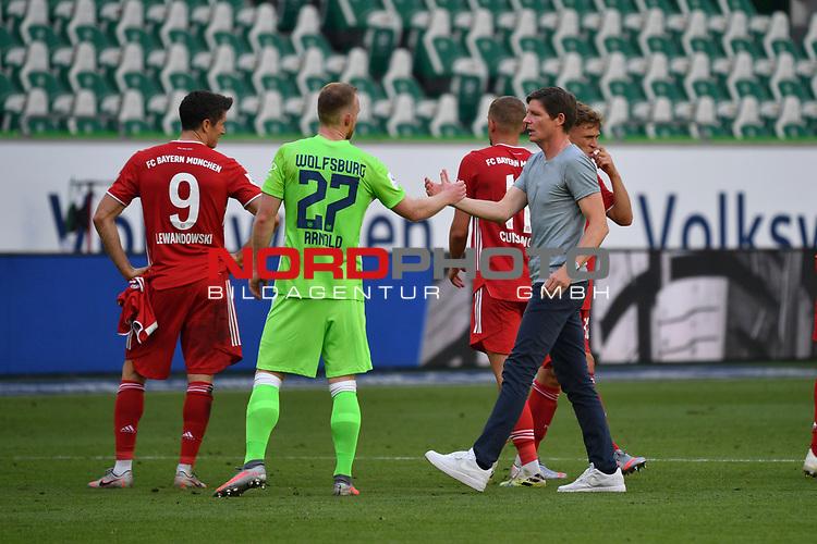 nach Spielende:<br />v.l. Robert LEWANDOWSKI (M), Maximilian ARNOLD (WOB), Trainer Oliver GLASNER (WOB)<br /><br />Sport: Fussball: 1. Bundesliga: Saison 19/20: 34.Spieltag, <br />VFL WOLFSBURG - FC BAYERN MUENCHEN <br />am 27.06.2020 in der Volkswagen Arena Wolfsburg, <br /><br />Nur fuer journalistische Zwecke! <br />Only for editorial use!<br />Gemaess den Vorgaben der DFL Deutsche Fussball Liga ist es untersagt, in dem Stadion und/oder vom Spiel angefertigte Fotoaufnahmen in Form von Sequenzbildern und/oder videoaehnlichen Fotostrecken zu verwerten bzw. verwerten zu lassen. <br />DFL regulations prohibit any use of photographs as image sequences and/or quasi-video.<br />National and International News Agencies OUT<br />NO RESALE!