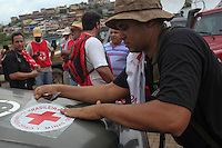 MARIANA,MG, 07.11.2015 – ROMPIMENTO-BARRAGEM – Cruz Vermelha faz entrega de doações depois do rompimento da barragem da empresa Samargo em Bento Rodrigues, distrito de Mariana, na região Central de Minas Gerais, , neste sabado, 25.  (Foto: Doug Patricio/Brazil Photo Press)