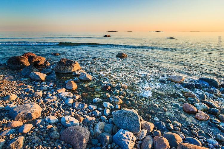 Stenar på en strand vid havet på Torö Stockholms skärgård. / Stones on a beach by the sea on Torö Stockholm archipelago Sweden.