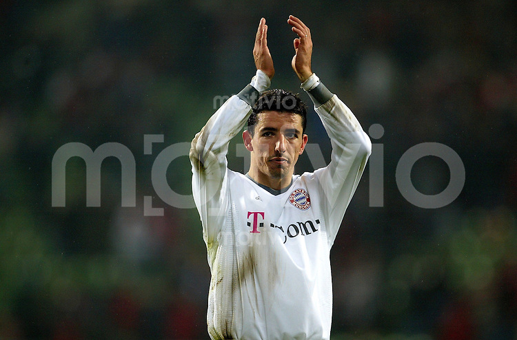 1. Fussball Bundesliga 2003/2004 Bayer Leverkusen - FC Bayern Muenchen (1:3) Roy Makaay (FCB) bedankt sich nach dem Spiel applaudierend bei den Fans.