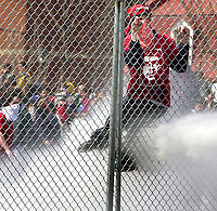 SOMMET DES AMERIQUES A QUEBEC AVRIL 2001<br /> MANIFESTATION VIOLENCE ARRESTATION FRANCHIR UNE CLOTURE<br /> PLUS DE 50,000 MANIFESTANTS<br /> PHOTO JACQUES NADEAU<br /> AVRIL 2001<br /> 15 AVRIL 2006 P.A-6