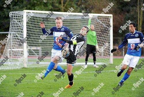 2016-01-17 / Voetbal / Seizoen 2015-2016 / FC Turnhout - Thes Sport / Jelle Van Weert (l. Turnhout) met Aziz Moutawakil<br /><br />Foto: Mpics.be