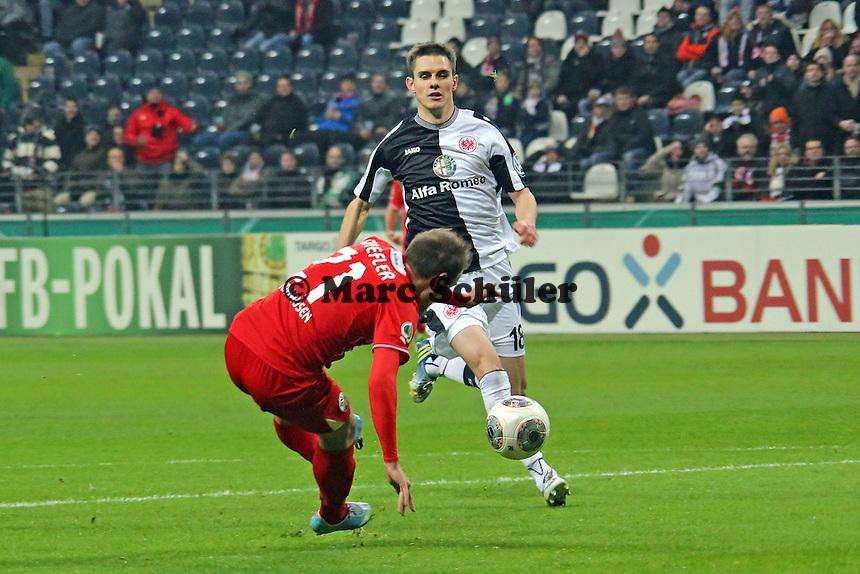 Manuel Stiefler (SVS) kann die große Chance nicht nutzen, dahinter kommt Johannes Flum (Eintracht) und klärt - Eintracht Frankfurt vs. SV Sandhausen, DFB-Pokal, Commerzbank Arena