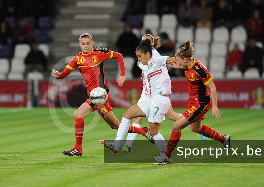 Belgian Red Flames - Portugal (31/10/2013) :<br /> Claudio Neto (M) probeert zich een weg te banen tussen Julie Biesmans (L) en Marlies Verbruggen (R)<br /> foto Dirk Vuylsteke / nikonpro.be