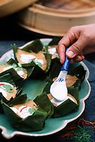 """Thaïlande/Bangkok: Préparation des """"Hammo"""" à la vapeur - Légumes, poissons, cervettes, coco & feuilles de bananier - au restaurant """"The Market Place"""" de l'hotel """"Marriott"""""""