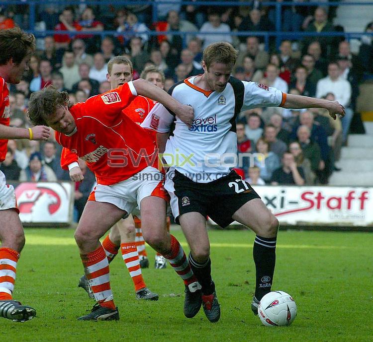 PIX: Danny Martindale/SWPix.com .. Coca Cola League One. 02 04.2005. ... Luton Town v Blackpool...COPYRIGHT PICTURE>>SIMON WILKINSON>>01943 608782>>..Simon Grayson (Blackpool) and Peter Holmes battle it out